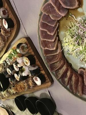 Buffet van sushi, sashimi, tataki en bijgerechtjes